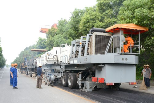 Asphalt road hot-in-place recycling equi